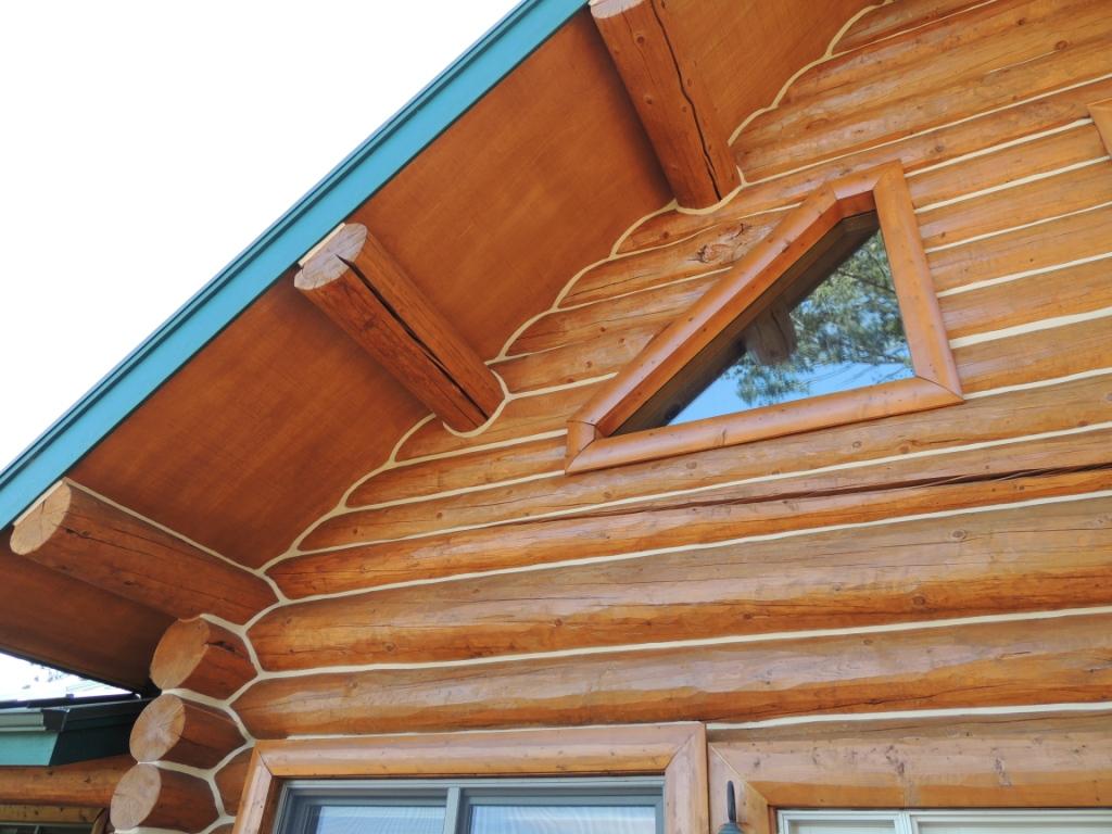 При утеплении деревянных стен достаточно герметизировать стыки гелем или акрилом.