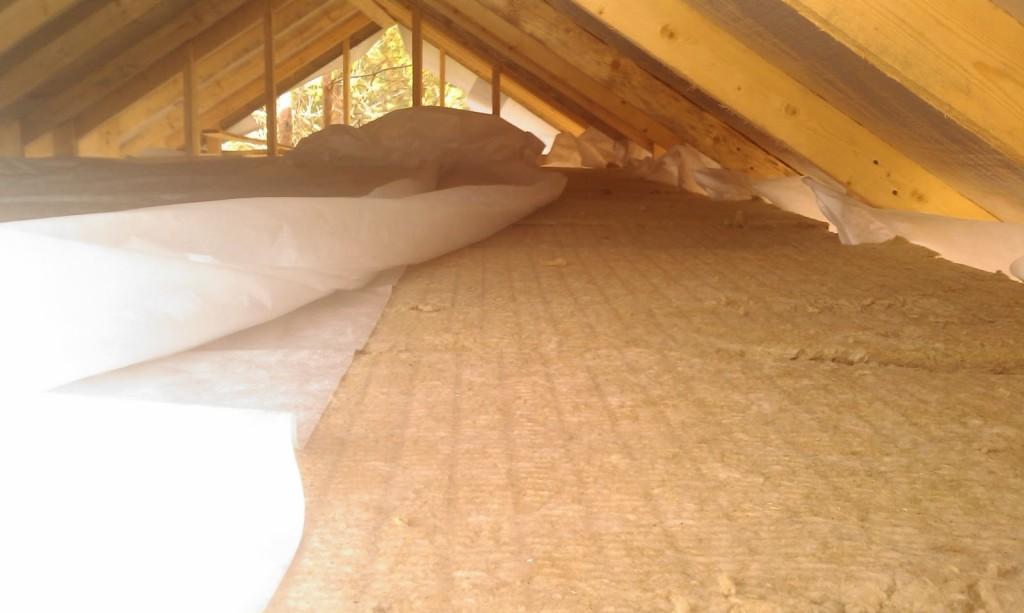 Утепление потолка может производиться как сверху, так и снизу.