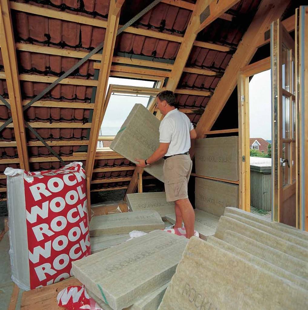 Выбор способа утепления крыши целиком зависит от типа конструкции.