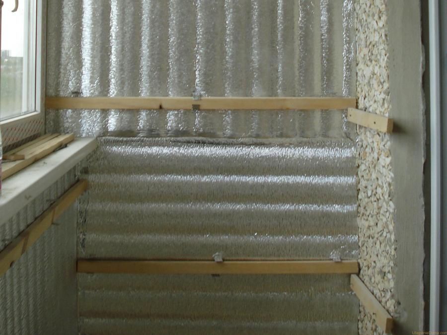 Следующий этап - гидроизоляция всех поверхностей балкона