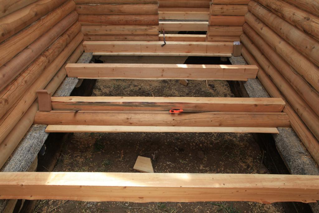 При утеплении деревянного пола рекомендуется использовать сыпучие наполнители.