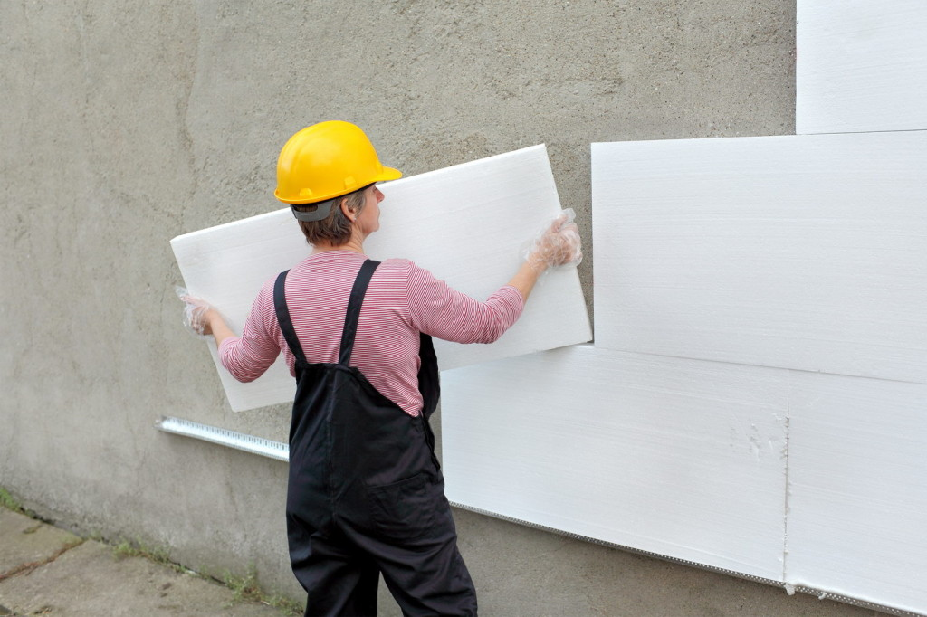 При монтаже каждый лист должен быть выровнен при помощи строительного уровня