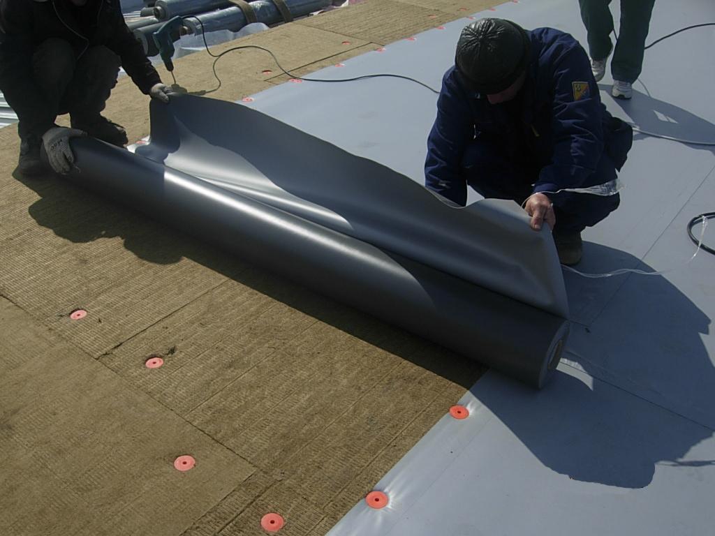 Если плоская крыша не эксплуатируется, то выбор материалов гораздо шире.