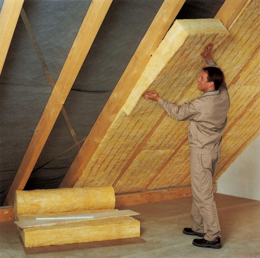 Для скатной крыши чердачного помещения отлично подойдет рулонный утеплитель.