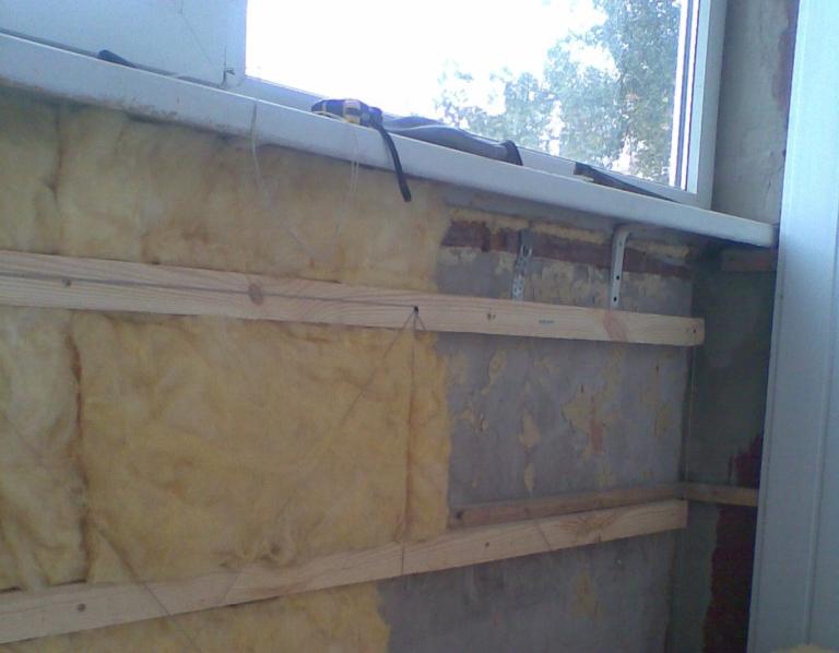 В утеплении балкона минеральной ватой есть нюансы. Она требует специальных крепежей, а так же повышенной осторожности.