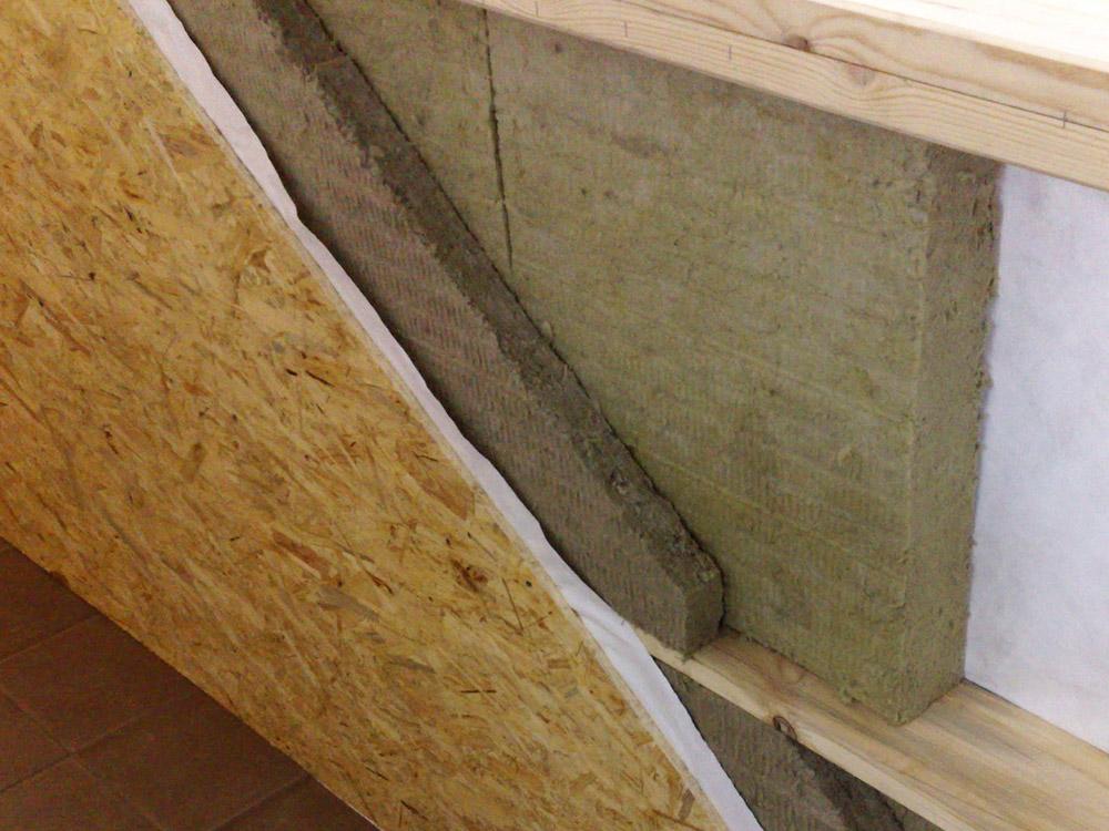 При утеплении фасада деревянного дома часто используются базальтовые плиты