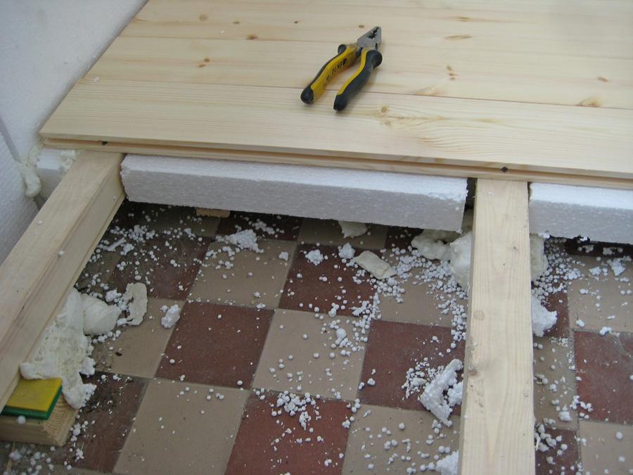 Для того, чтобы приподнять пол, можно использоваться деревянный каркас
