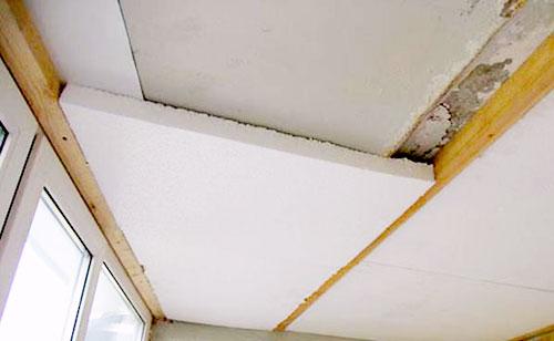Для утепления потолка используется пенопласт - как наиболее легкий материал