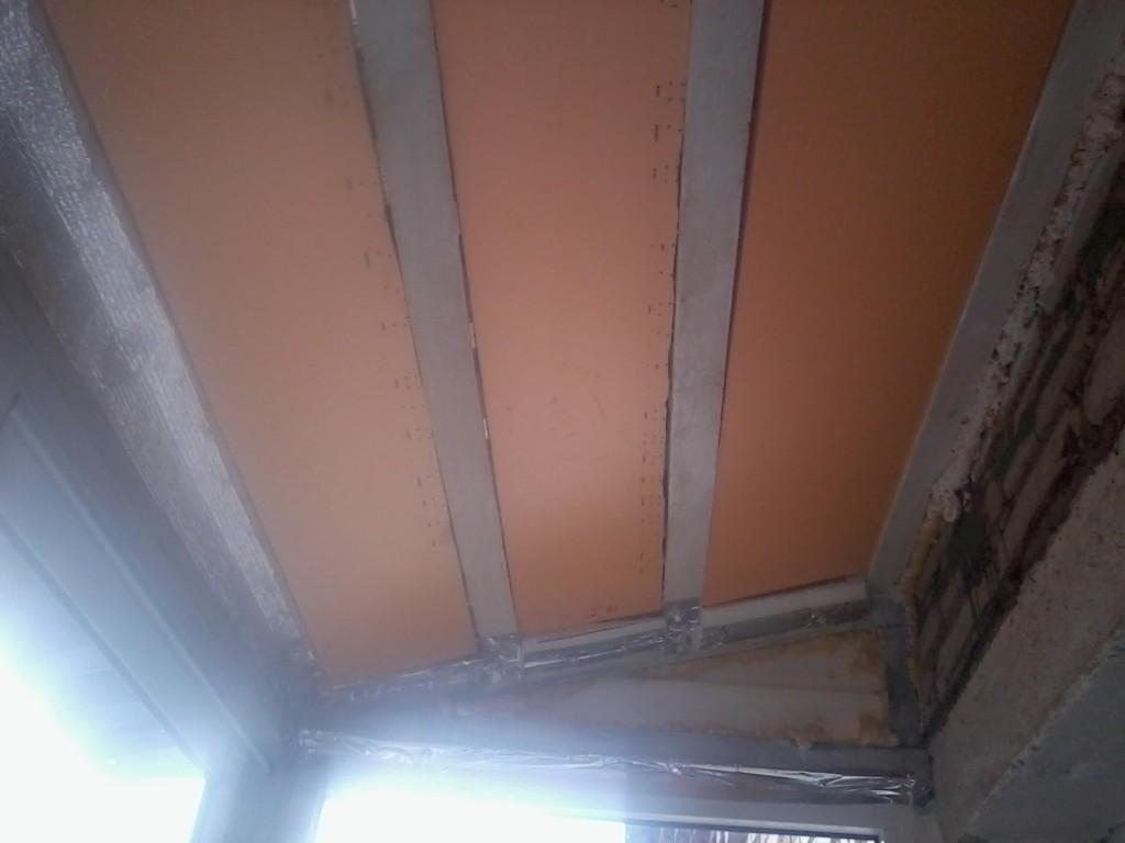 Для утепления потолка балкона требуется тонкий, но прочный материал.