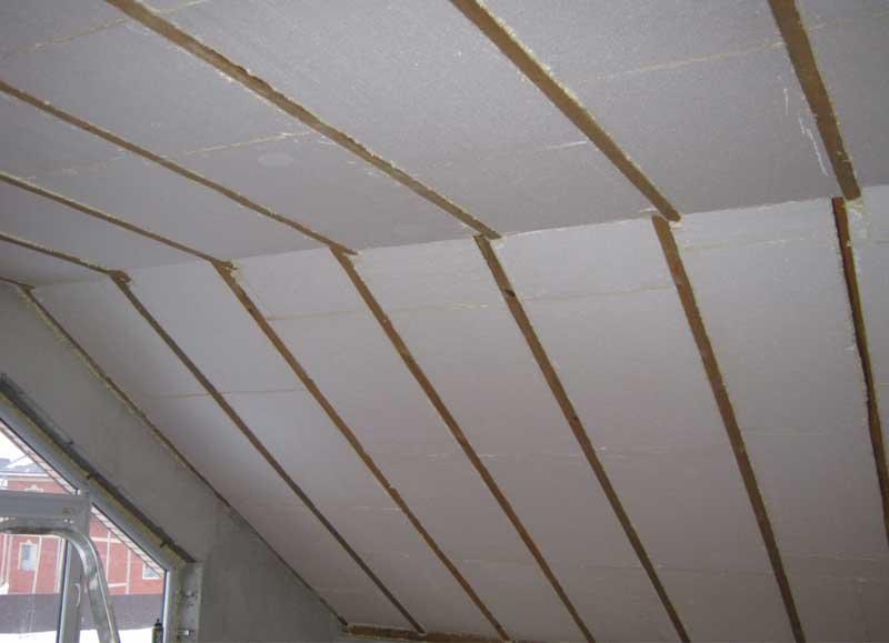 Пенопласт подходит для утепления как плоских, так и скатных крыш