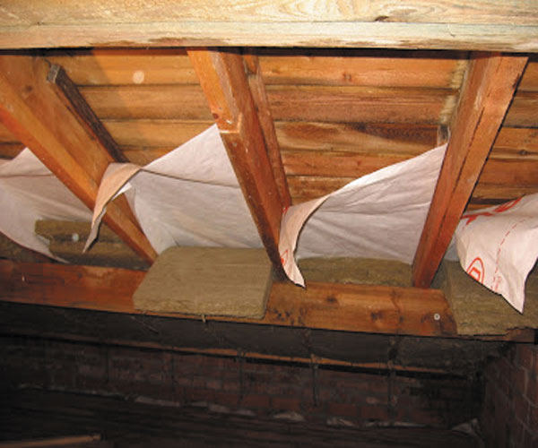 Нельзя забывать про вентиляционный зазор между пленкой и каркасом